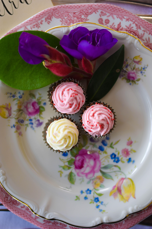Varmrättstallrik i rosa och förrättstallrik med blommor och guldkant Fotograf: Petra Lundh