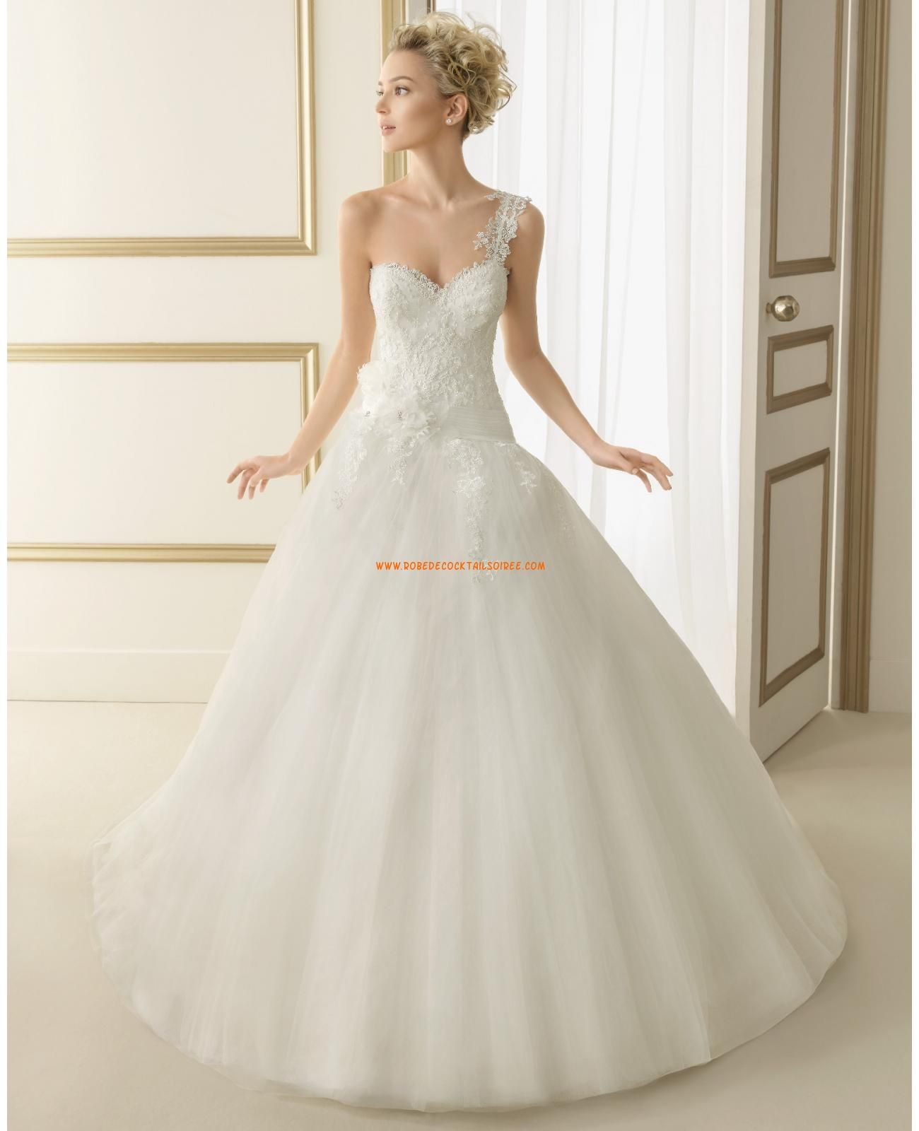 Robe de mariée princesse tulle dentelle fleur bretelle