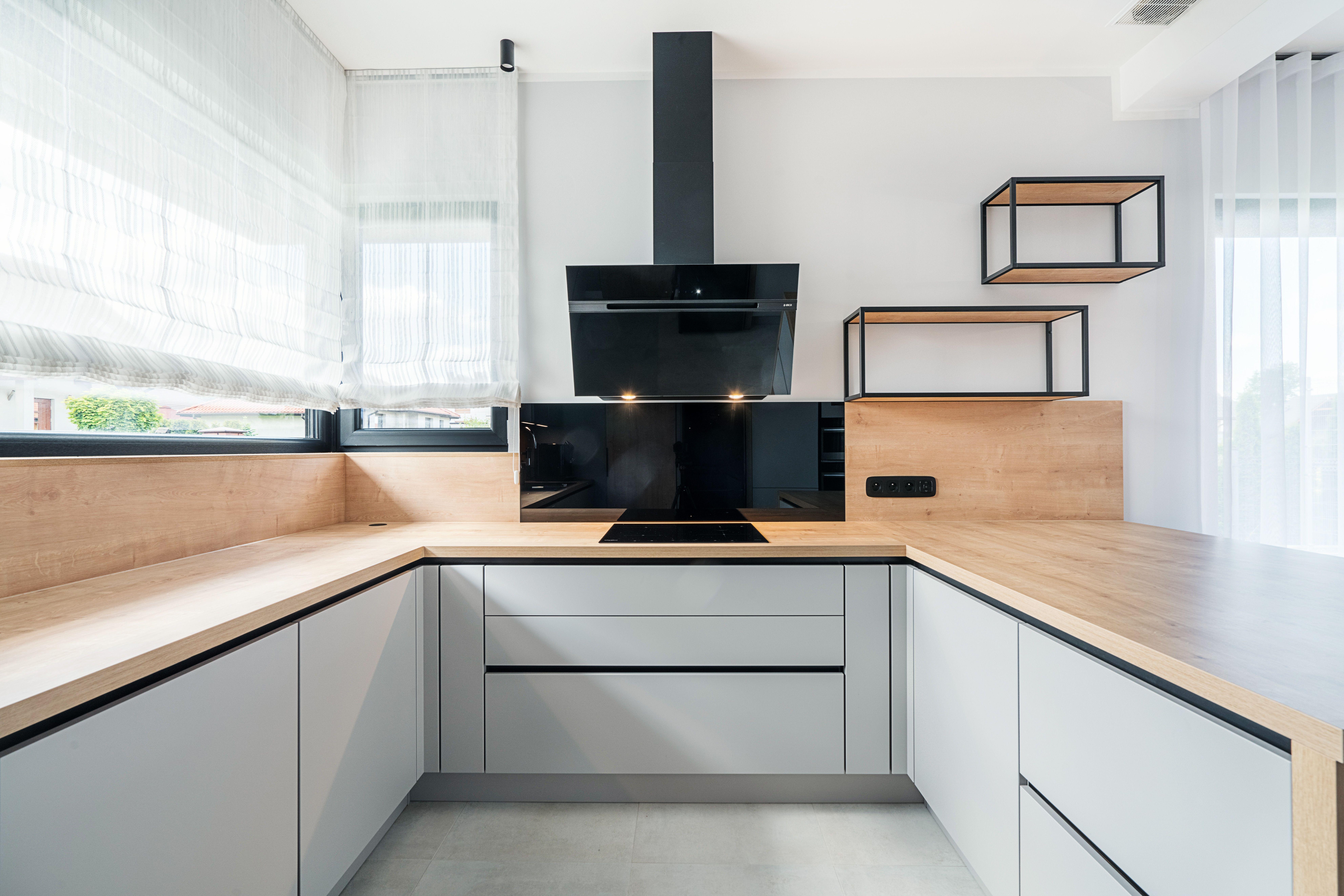 Duza Powierzchnia Blatu Roboczego Pozwala Na Przygotowanie Posilkow Nawet Przez Dwie Osoby Jednoczesnie Kuchnianawymiar Salonkuch Home Decor Furniture Decor