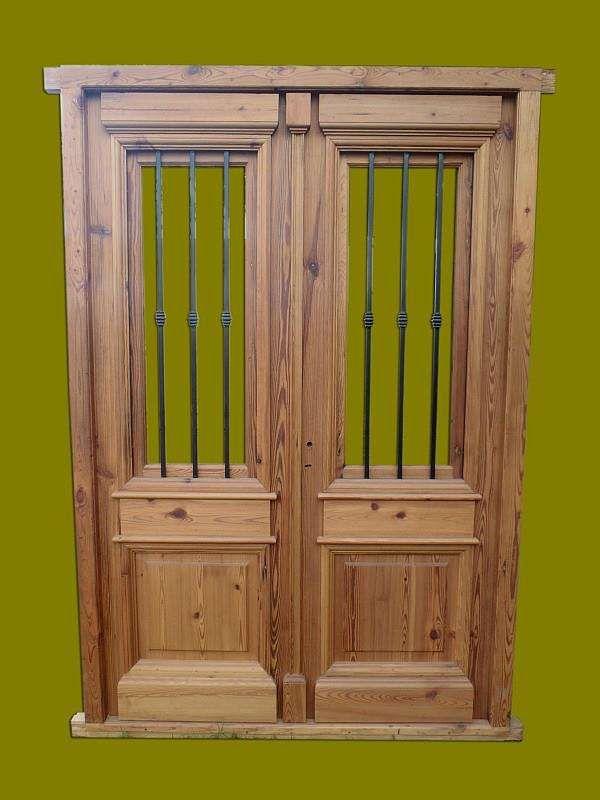 Puerta doble hoja en madera de pinotea con rejas puertas for Puertas dobles de madera