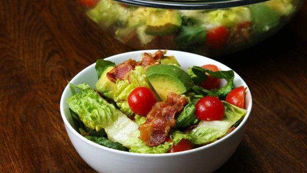 Bacon. Und Avocado. Besser gehts nicht: Bacon-Tomaten-Avocado-Salat | 11 schnelle Rezepte, die krass gut aussehen und trotzdem voll einfach sind