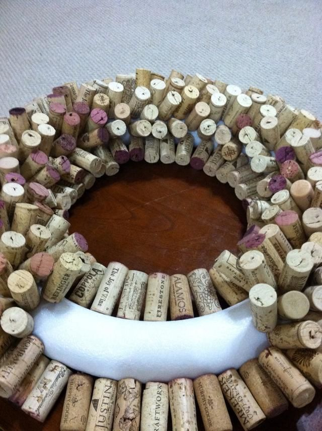 How to make a wine cork wreath recipe wine cork wreath for Wine cork ideas projects