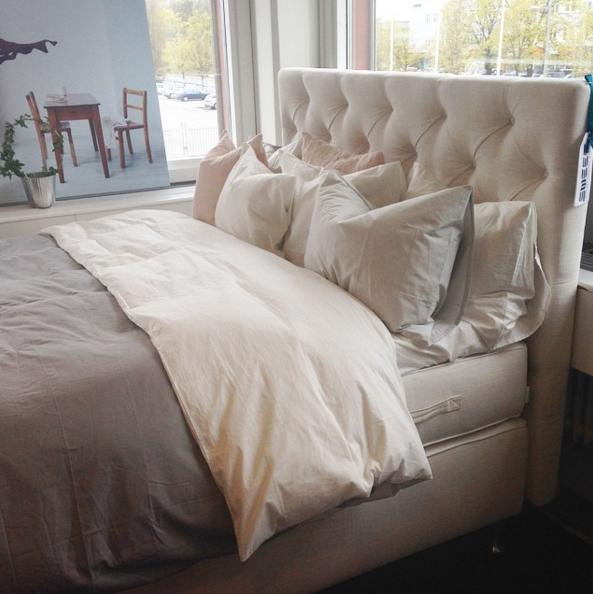 Vit djuphäftad sänggavel. Gavel, dubbelsäng, säng, sovrum ...