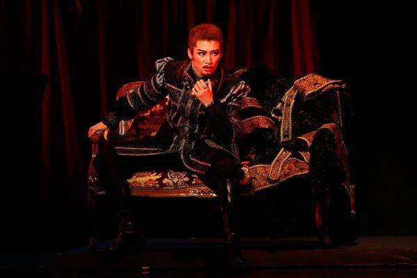 写真:「鈴蘭(ル・ミュゲ)」公演から、ヴィクトル役の瀬央ゆりあ=撮影・岸隆子