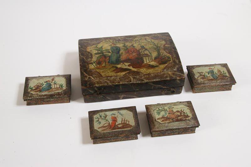 Scatola da Gioco       In legno laccato, contenente quattro scatole rettangolari portafiches.       Cofanetto e scatole interne portafiches decorati a cineserie.       Venezia, sec. XVIII