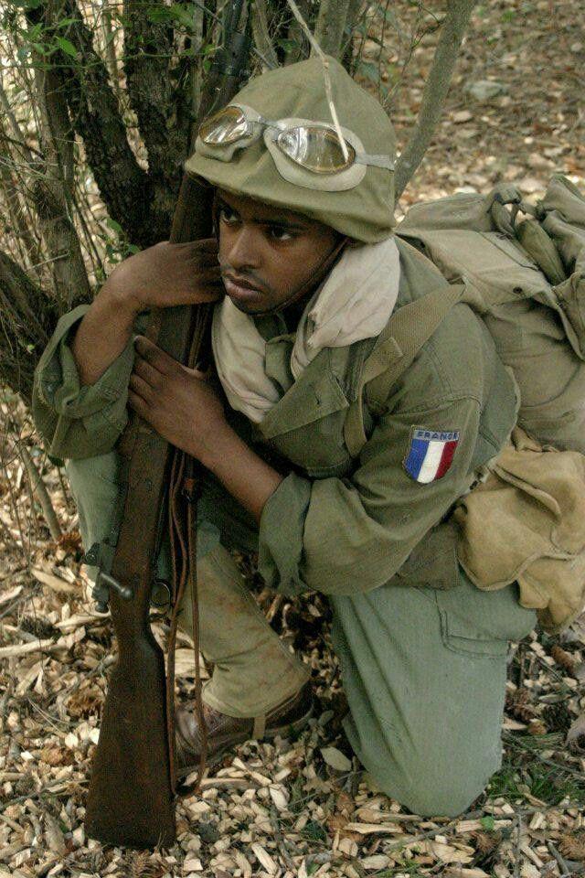 Tirailleur Algerien Provence Aout 1944 .  Ce tirailleur algérien de la 3ème division d'infanterie algérienne porte une tenue entièrement américaine excepté le casque adrian 1926 qui lui est Français .  Notez le patch FRANCE de fabrication américaine pour les troupes françaises reprenant le combat aux côtés des alliés .