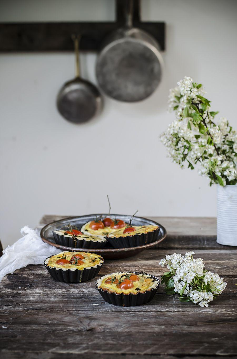 Mini quiche con asparagi, feta e pomodorini Tarts with feta cheese, cherriy tomatoes and asparagus