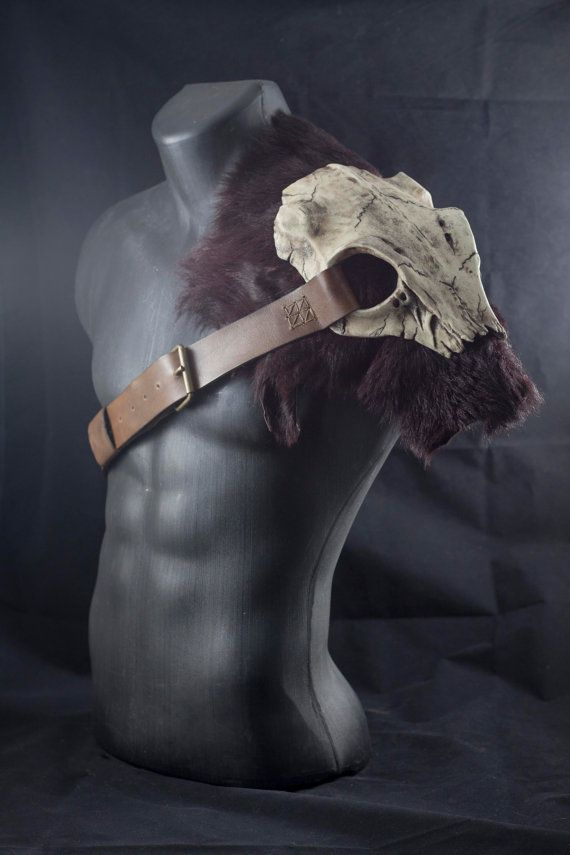Skull armor shoulder, tribal style pauldron. Resin deer skull armor piece with leather and fur. Larp barbarian, fantasy costume spaulder
