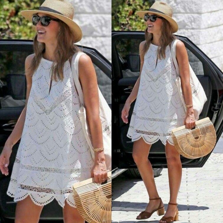 Agora a Jessica alba, também num look de praia, cheia de estilo! Desta vez uma combinação de vestidinho bata, bordado, branco +  chapéu de palha + óculos escuro + bolsa de palha + sandália baixa retrô. #creative #fashion #beachstyle #jessicaalba