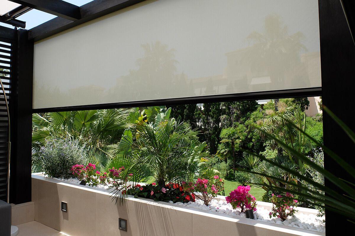 COBERTI Toldo vertical en porche de vivienda. #toldos #verticales #terrazas #porches #jardin #pergolas #sombra #proteccion #coberti #malaga