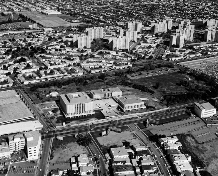 Los Angeles County Museum Of Art In The Background Are The Park La Brea Appartments The La Brea Tar Pits Can Be Seen T Aerial View Aerial Los Angeles History