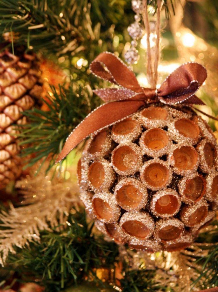 Aus Naturmaterialien Weihnachtsdeko selber basteln - Ideen #weihnachtsbastelnnaturmaterialien weihnachtsdeko-selber-basteln-naturmaterialien-kugel-eichelhuete-christbaumkugel-band-glitzer #weihnachtsbastelnnaturmaterialien