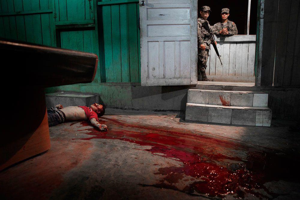Un uomo ucciso da una gang a San Pedro Sula, in Honduras, il 4 marzo 2015. Terzo premio spot news singole. - (Niclas Hammarström)
