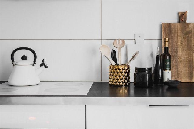 FINN – SKILLEBEKK: Tilbaketrukket og gjennomgående 3(4)-roms i fasjonabel gård. Parkeringsplass. Moderne kjøkken og bad.