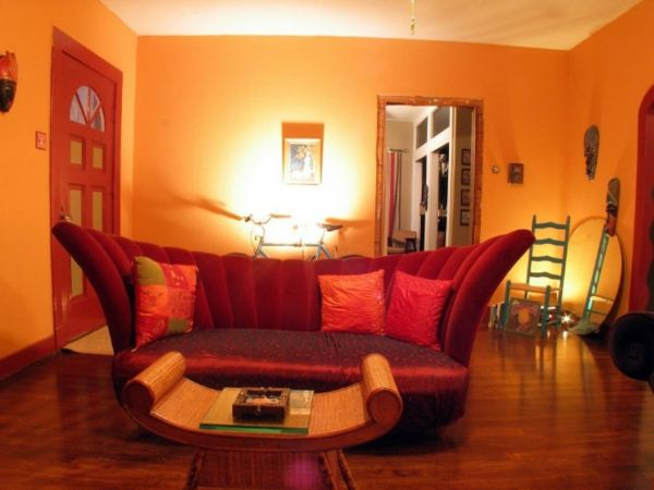 oranges wohnzimmer - moderne wandfarbe und extravagantes sofa ...