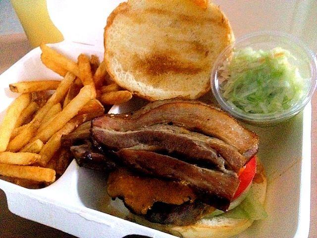 ドリンク、ポテト、コールスロー付き。ハンバーガーを食べる時の紙の袋がちゃんと入っていたのが、素晴らしい - 8件のもぐもぐ - Bacon cheese burger to go by chan mitsu