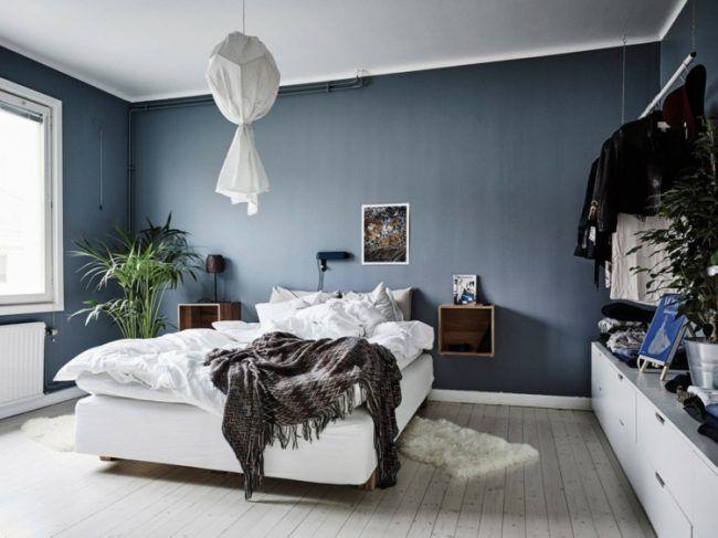 Wandfarbe Taubenblau schlafzimmer-weiss-bett-holzboden-pendelleuchte