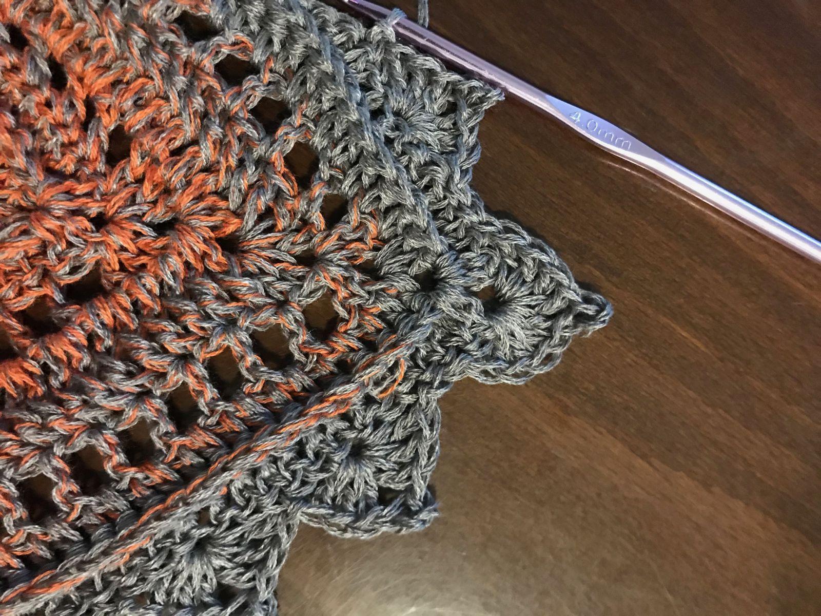 Photo of Dreieckiger Schal mit Häkelmuster NOFA