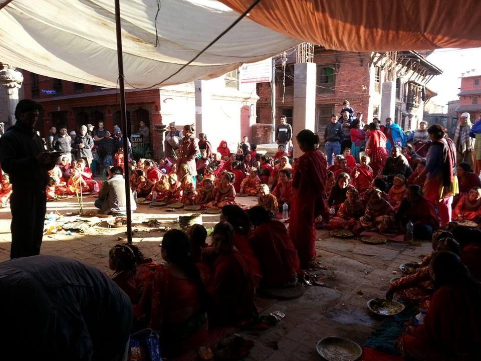 Bhaktapur: jugurttien kuningas ja pikkutyttöjen häät hedelmän kanssa