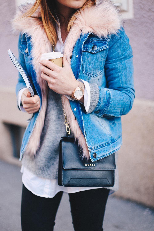 warme Jeansjacke mit Fake Fur Kragen, Lederhose, schwarze Boots ...