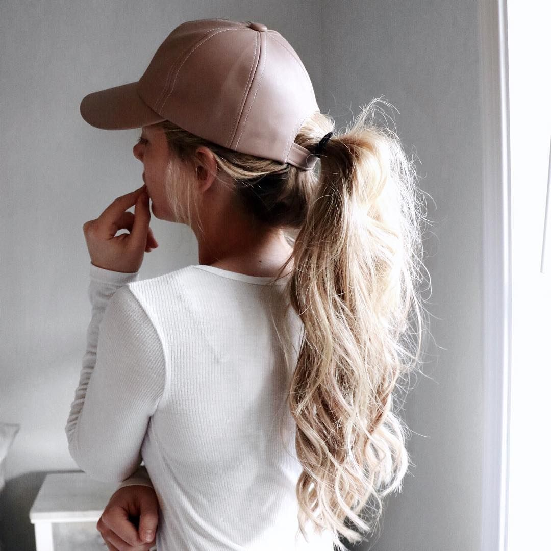 cee0303b3f0c3 Kelsey is looking fab in this sporty yet stunning hairdo. She wears a messy  ponytail and a cap for the perfect gym ready look!