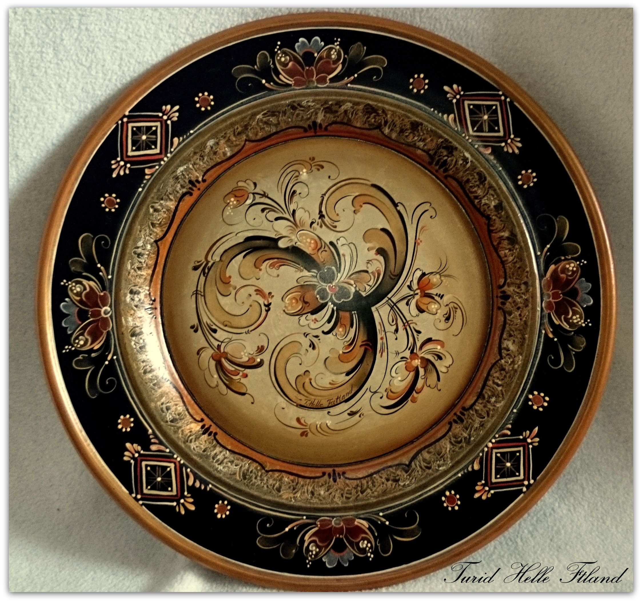 Plate painted in Telemarkstyle by Turid Helle Fatland, Norway.