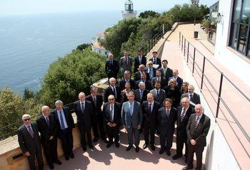 """L'empresariat català fa pinya en favor de la consulta - Diari Ara, 08/05/2014. Representants de les tretze cambres catalanes i del consell de cambres així com de patronals i entitats empresarials han signat l'acord. En total, 28 representants de l'empresariat català que han denunciat """"el maltractament"""" de l'Estat i la """"manca de diàleg"""". El president del Pacte Nacional pel Dret a Decidir, Joan Rigol, també ha assistit a l'acte."""