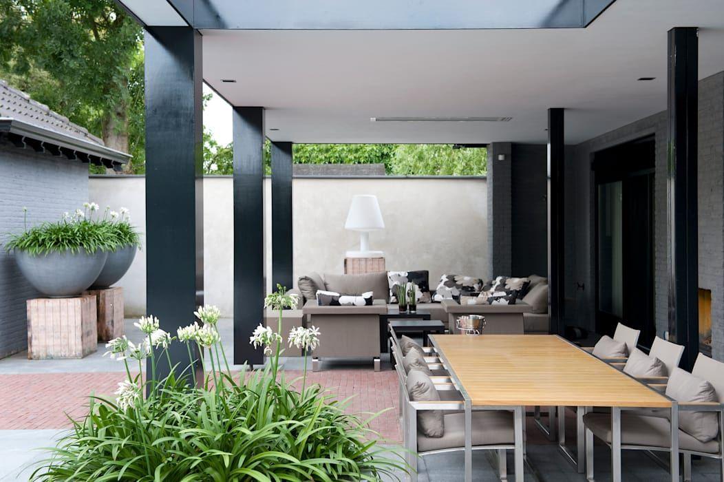 Luxe tuin met zwembad: terras door jaap sterk hoveniers pots and