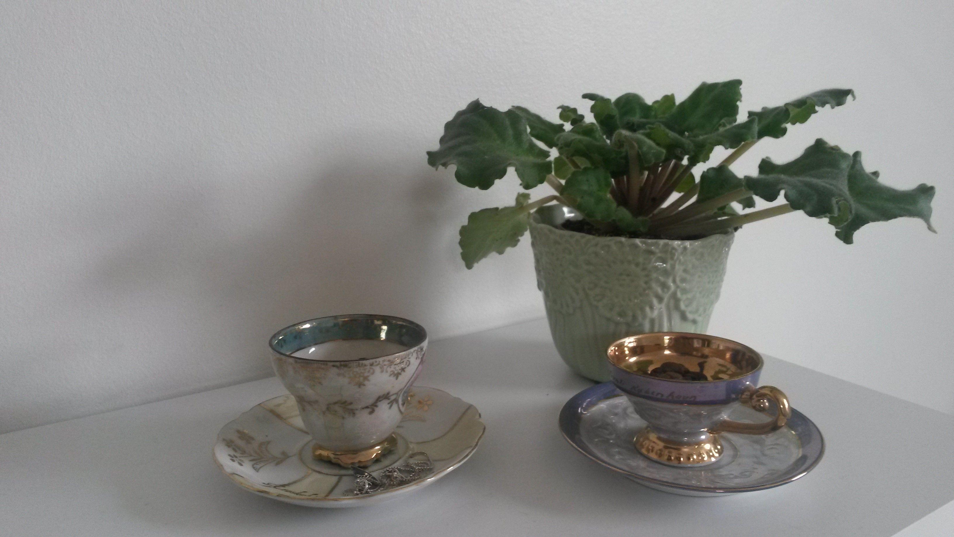 Noget nyt sat sammen med noget gammelt som f.eks. to te kopper på en ny kommode og sammen med en kroge med en plante i, det kan du også selv lave det er rigtig billigt du kan købe de gamle te kopper i en genbrugsbutik, du kan købe dem i de farver der passer til dit værelse. :D god fornøjelse <3