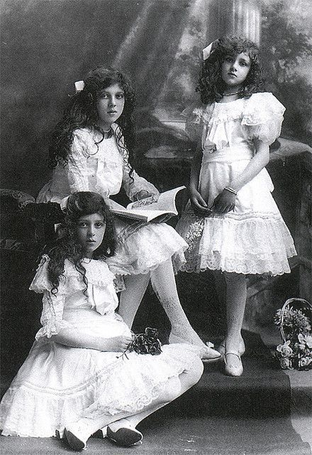 Trios ∴ the three graces & groups of 3 in art and photos - Sisters at the turn of the century