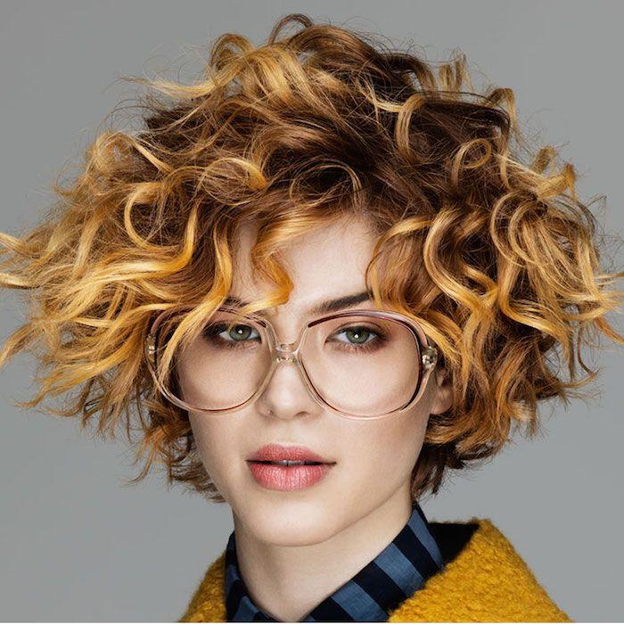 Coupe courte cheveux bouclés 49 ondulations de style