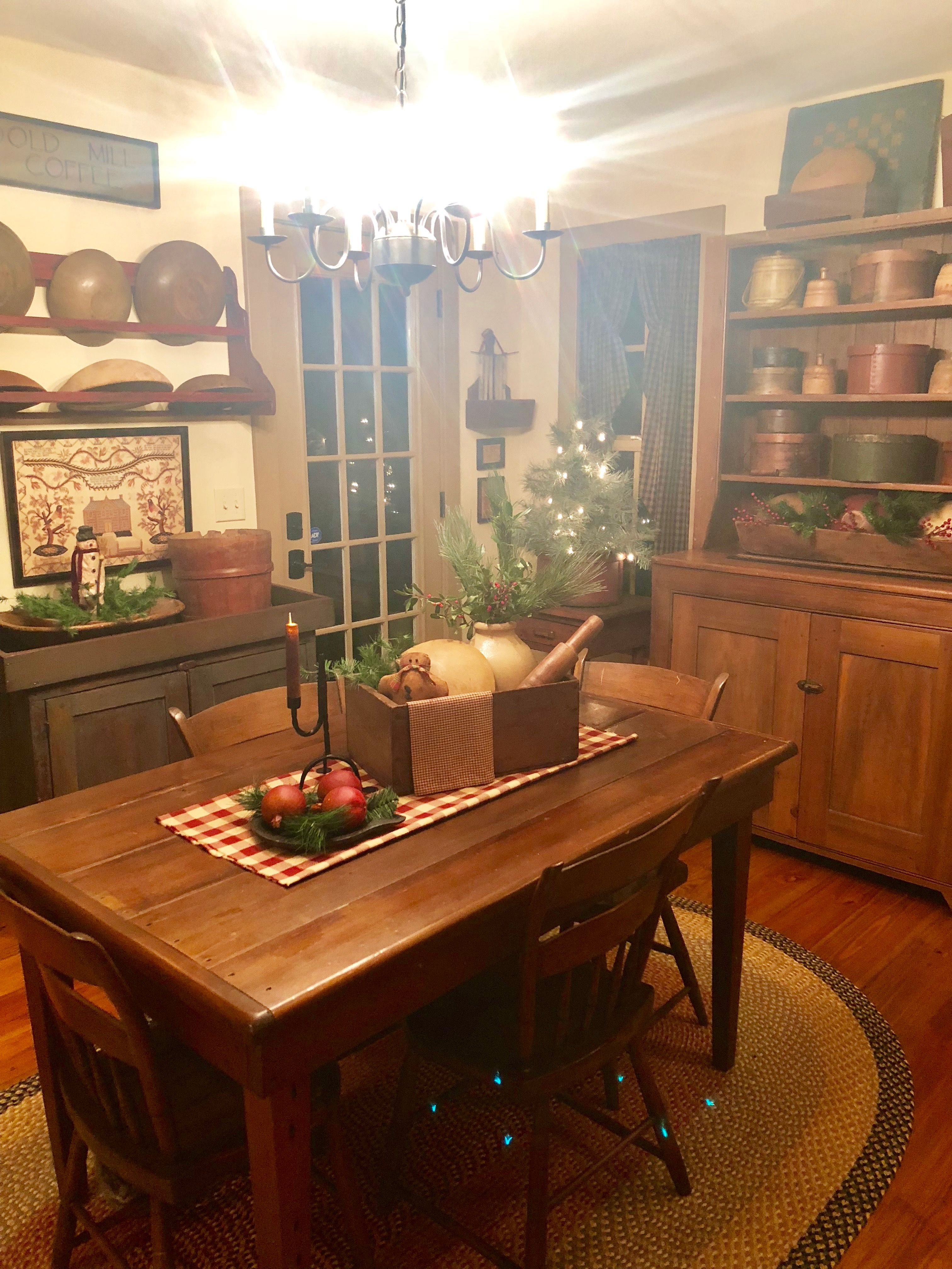 Christmas Decor Ideas For Your Dining Room Decor Simple And Beautiful Last Minute Christmas Decorations Primitive Kitchen Primitive Homes Rustic Kitchen