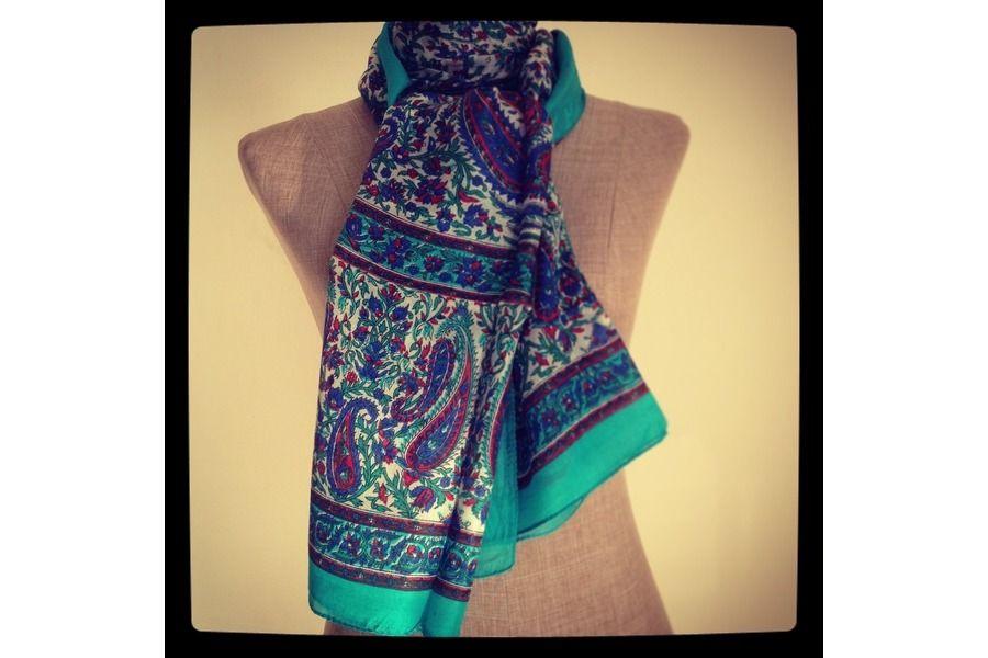 5fcb7ca29a88c Splendide foulard artisanel en soie indienne naturelle et douce à petit  prix. Ce beau foulard homme et femme est très chic, doux, léger et luxueux.