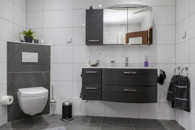 Ein großes Waschbecken mit viel Ablageplatz Badezimmer