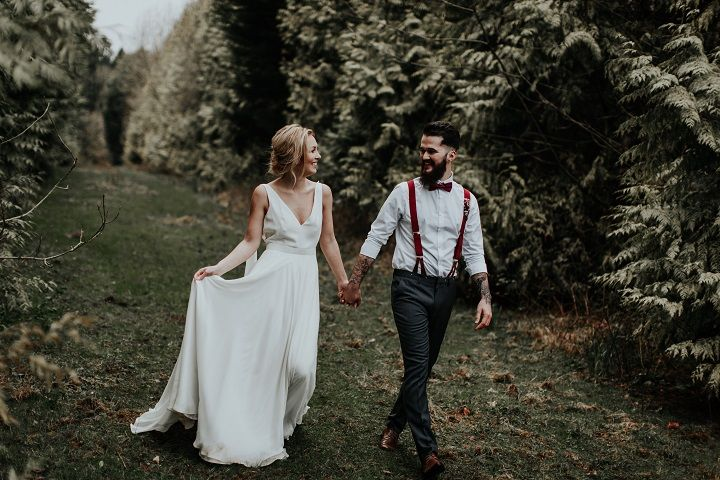 Beautiful woodland wedding styled shoot with cranberry red accents | fabmood.com #wedding #woodlandwedding #cranberrywedding #autumnwedding #woodland #cozywedding