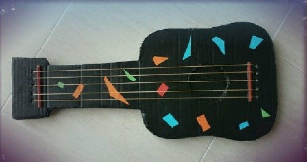 Guitarra hecha de cart n juguetes para ni os - Manualidades facilisimas para ninos ...