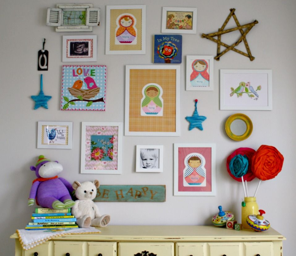 Cute and artistic little boys room wall decoration ideas for Cute picture hanging ideas