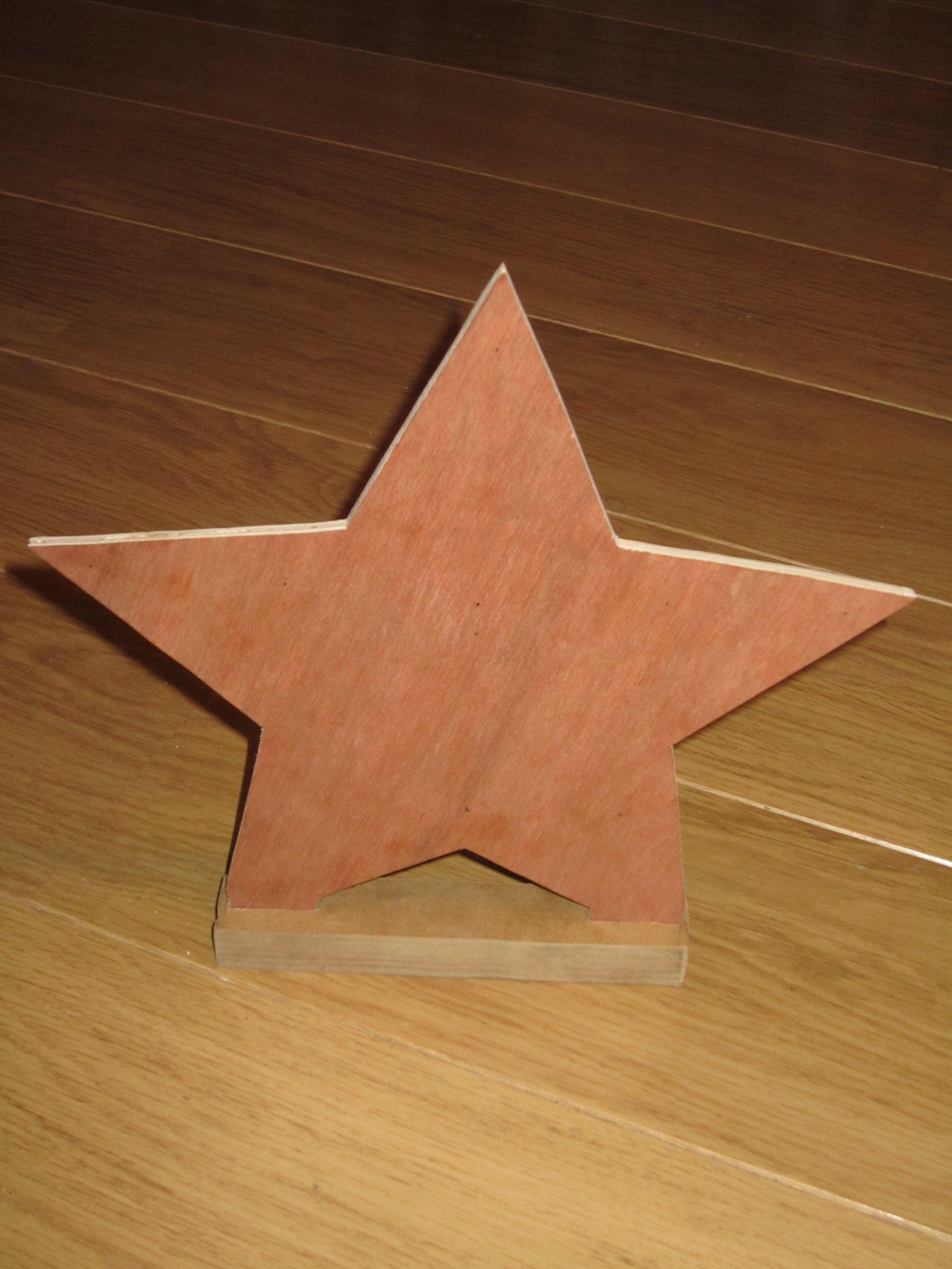 étoile découpée dans du bois pour faire un support porte-clés