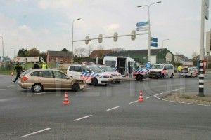 Politieauto botst op auto bij Bergschenhoek N209 Foto: 112HGL