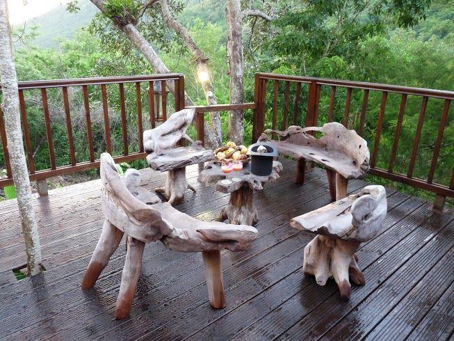 Sur la terrasse, un salon de jardin en bois flotté taillé à la ...