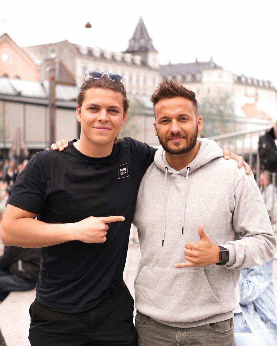 Alex Høgh Andersen with fan.