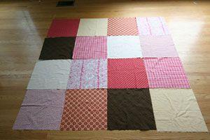 Depois de cortar os quadrados estampados, monte o desenho do patchwork