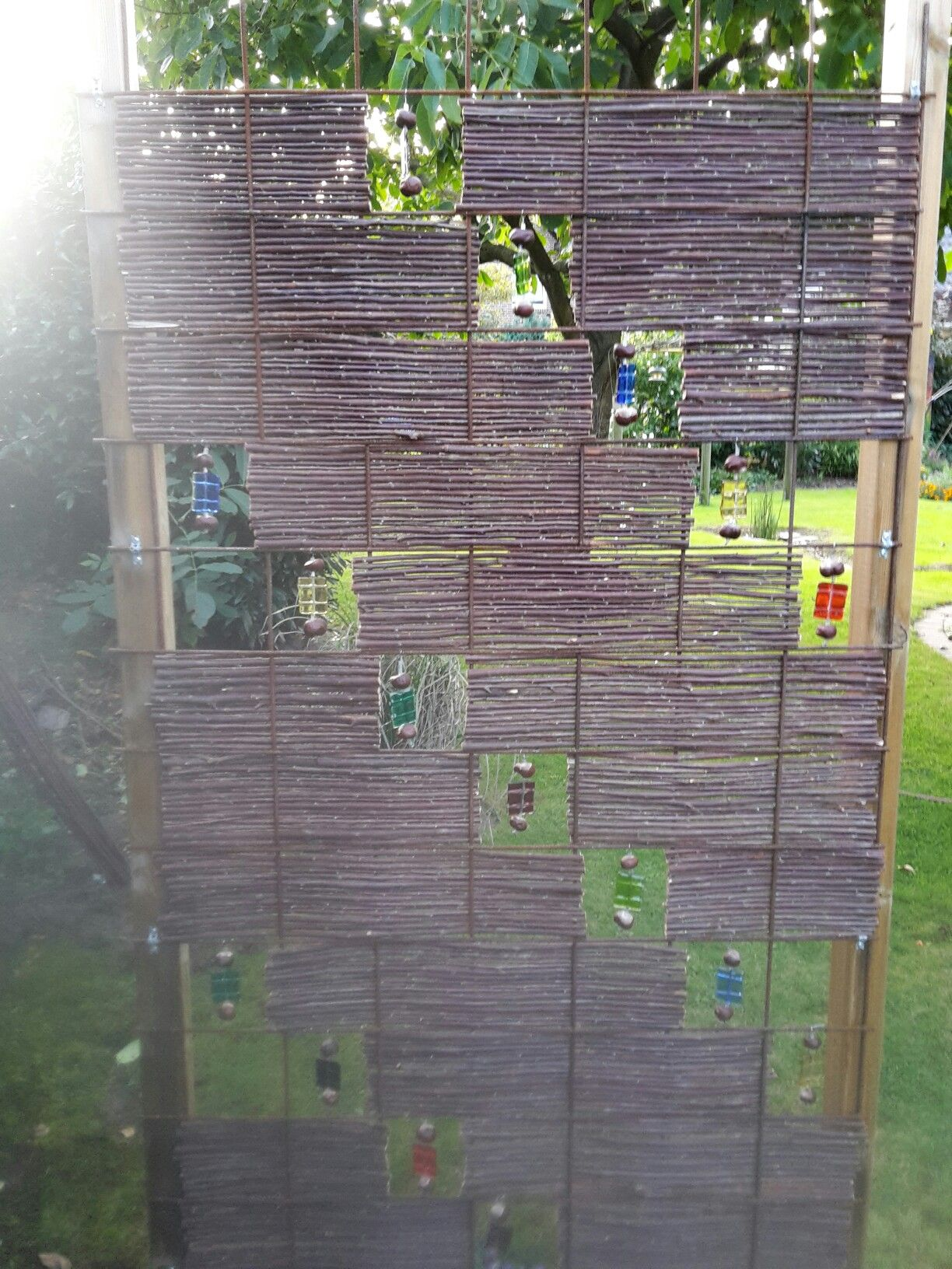 Zaunelement aus baustahlmatte weidenrute und glasdeko for Glasdeko garten