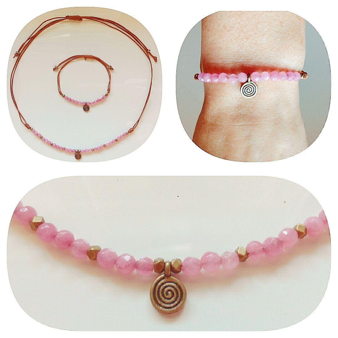Conjunto de pulsera y gargantilla ajustables. Con bolitas en color rosa y abalorio en forma de circulo. Se venden por separado