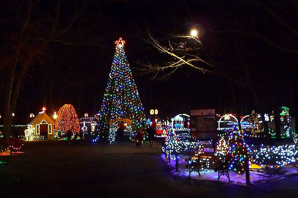 Things To Do In Nj This Weekend Holiday Lights Friendsgiving Cirque Christmas Mommy Poppins Things To Do With Kids Kids Things To Do Holiday Lights Display Holiday Lights