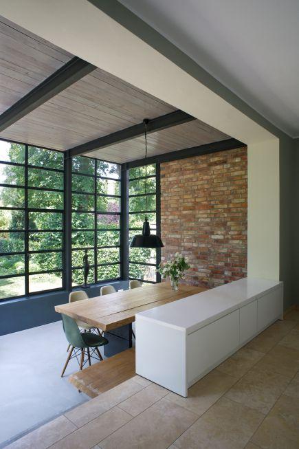 blick ins gr ne von wohnzimmer anbau esszimmer k che an siedlerhaus 30er jahre dachausbau. Black Bedroom Furniture Sets. Home Design Ideas