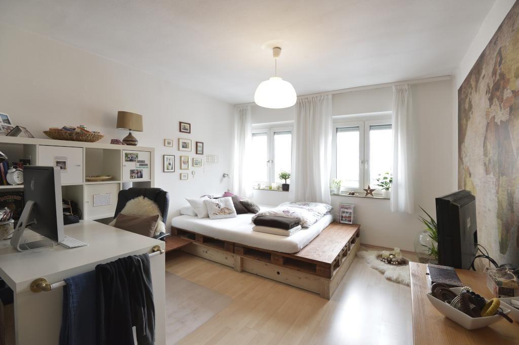 Wunderschön Eingerichtetes WG Zimmer Mit Großem Bett Am Fenster, Heller  Atmosphäre, Schreibtisch Und