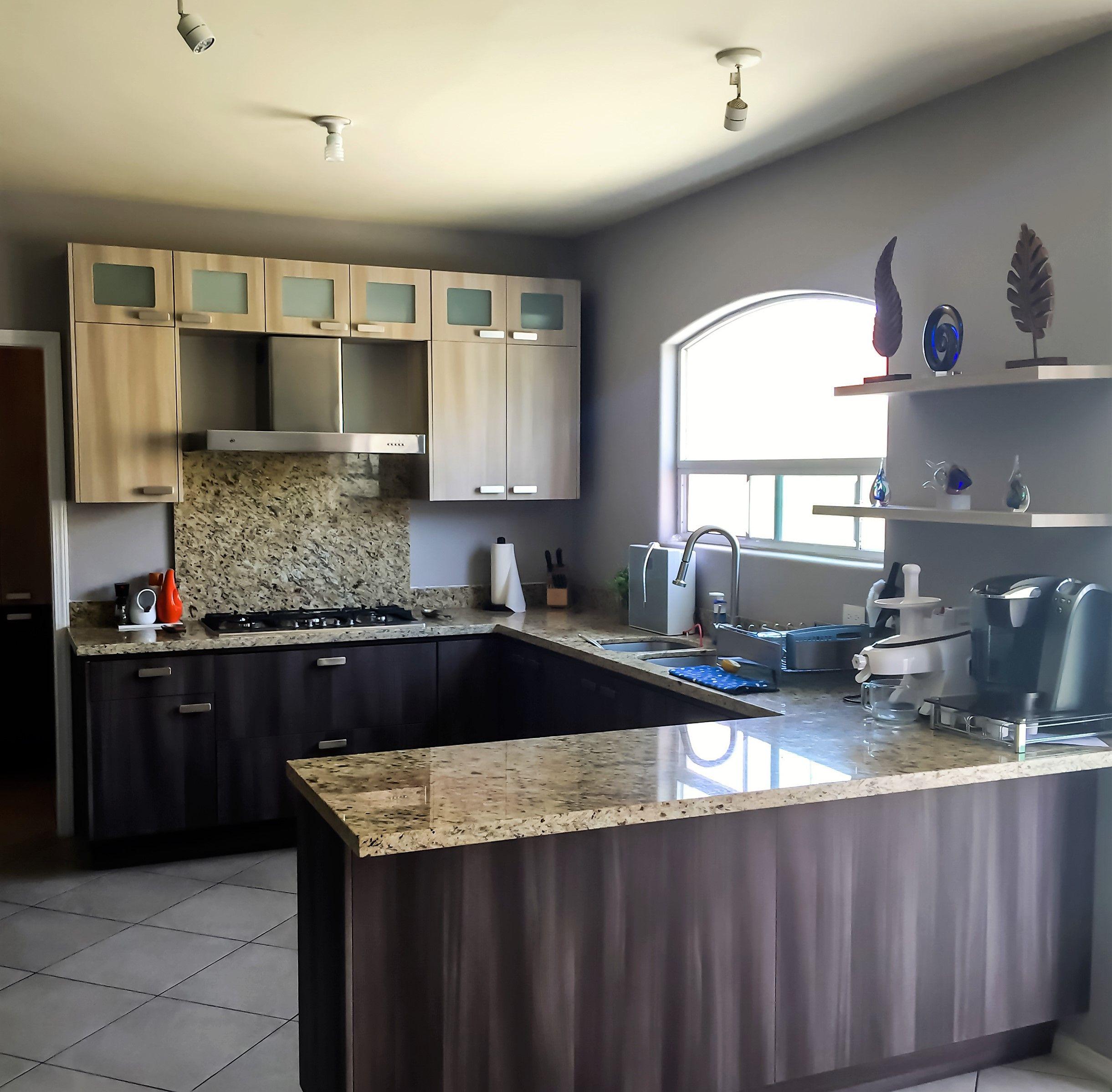 Cocina Integral Moderna Combinada Y Backsplash En El Area De La