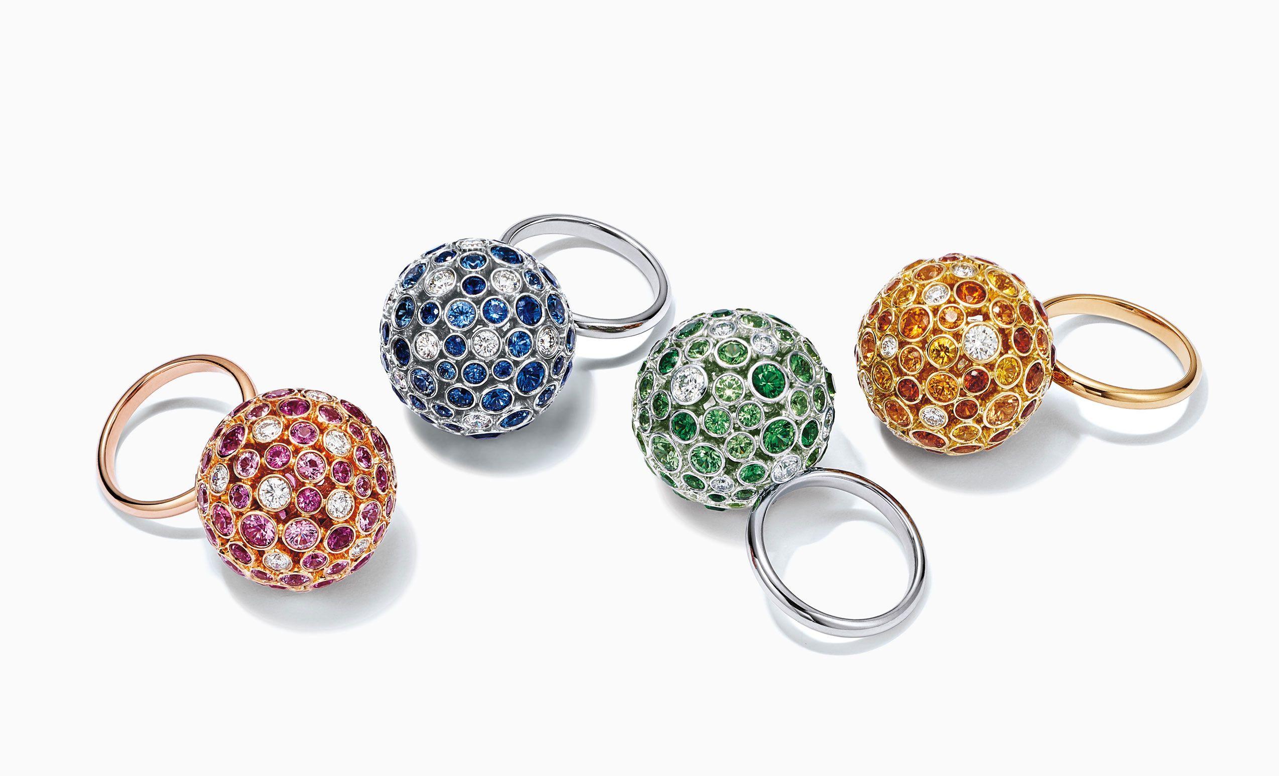 Tiffany Prism anillos Orb: Vibrantes gemas iluminan estos coloridos y magníficos anillos. Anillo en oro rosa de 18 quilates con zafiros rosas y diamantes; anillo en platino con zafiros y diamantes; anillo en platino con tsavoritas y diamantes; y anillo en oro de 18 quilates con zafiros amarillos, spessartites y diamantes.