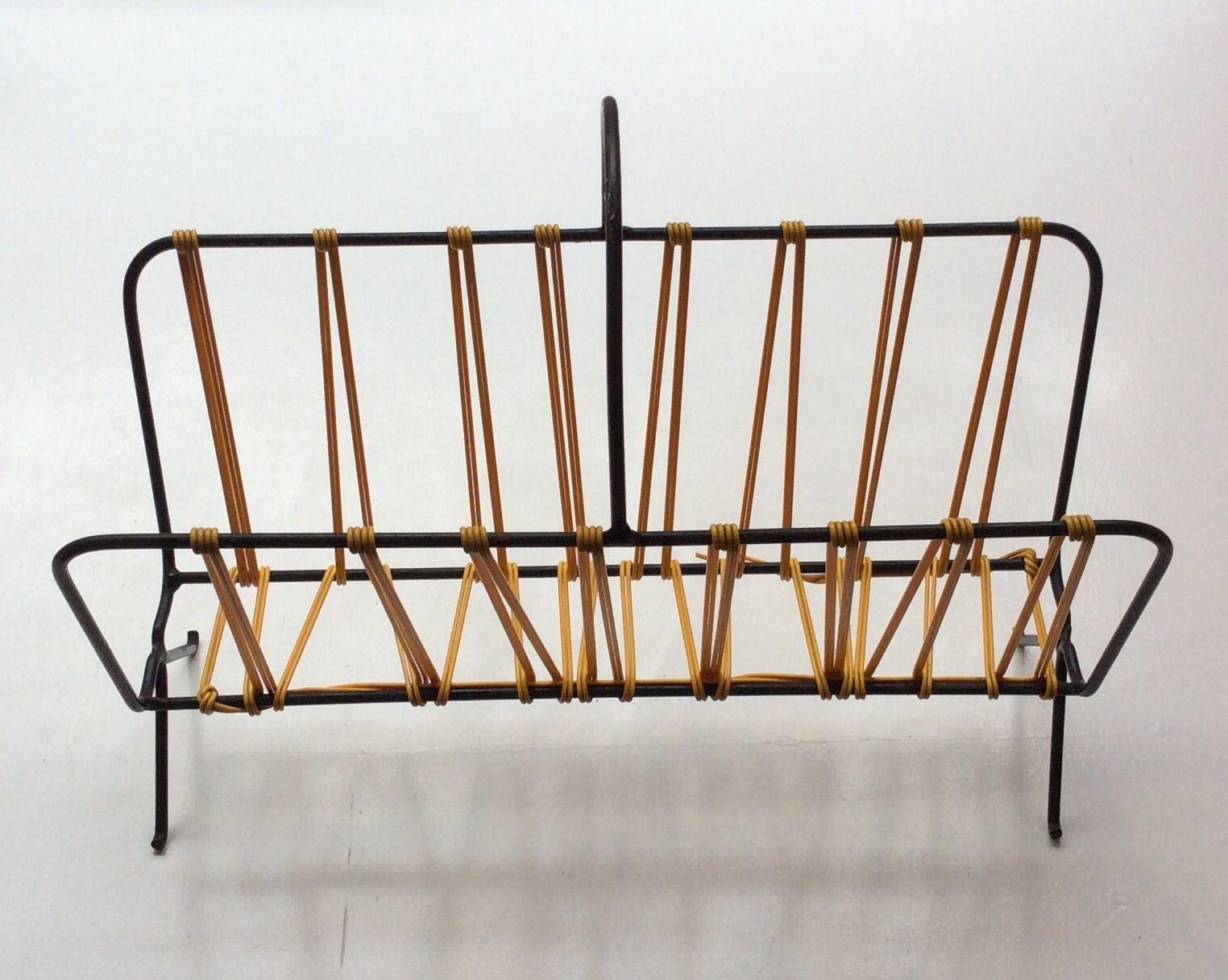 lehtiteline 60 luvulta . runko mustaa metallia ja keltaista muovinarua . korkeus 37.5cm . leveys 45cm . syvyys 18.5cm . #kooPernu